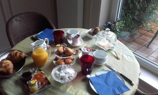 Bourbourg, Francia: table du petit dejeuner