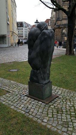 """Skulptur """"Grosser, trauernder Mann"""""""