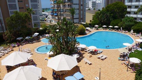 Hotel Oleander: výhled z pokoje na bazén