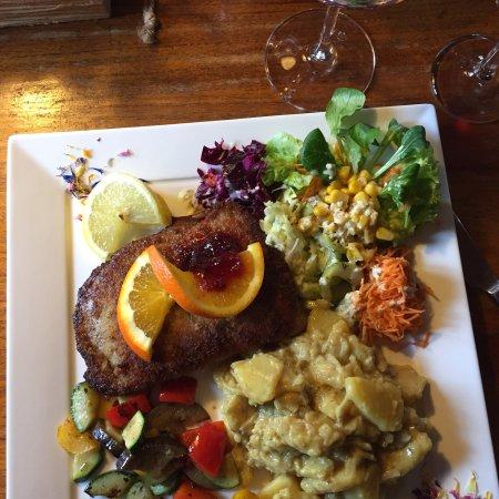 Langwies, Switzerland: Eine sehr gute Küche mit liebevoll angerichteten Tellern.