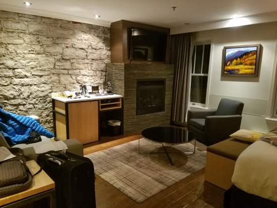 Hotel du Vieux-Quebec: View of the other half of the room from entrance