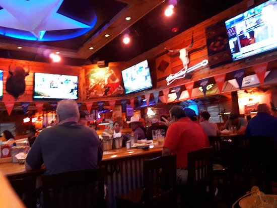 Texas Roadhouse: Sports bar in the middle of Restaurant