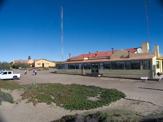 Punta Delgada, อาร์เจนตินา: Vorne die Gaststätte,  dahinter das Hotel