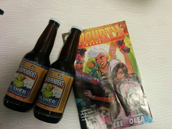 Hotel Zed Kelowna: complimentary beer and comic book