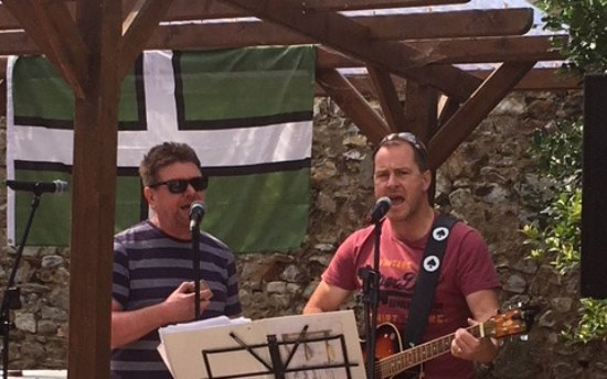 The Gerrard Arms: Beer garden with live music