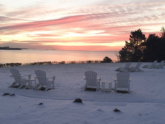 The Chanler at Cliff Walk: Marvel at iconic winter sunrises from The Lawn.