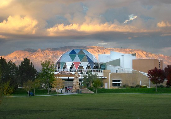 Explora Science Center and Children's Museum of Albuquerque: The big grassy park across the street from Explora makes a nice picnic spot.