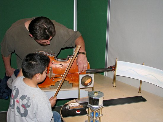 Explora Science Center and Children's Museum of Albuquerque: Seeing and haring how vibrations make sound!