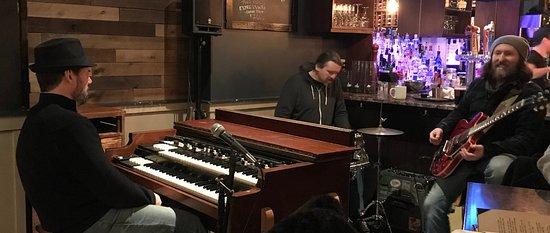 Needham, Массачусетс: Jazz trio on a December weeknight.