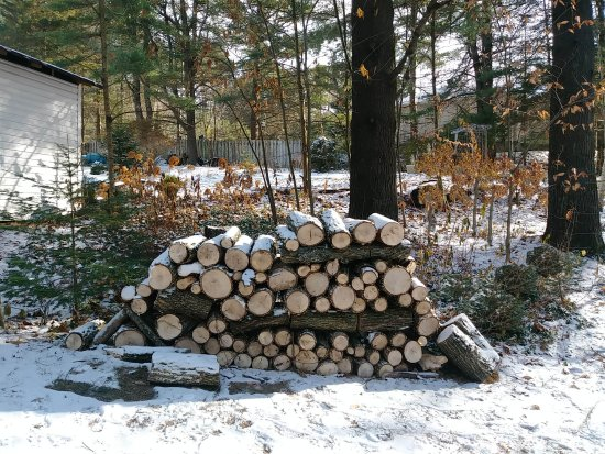 Cantley, Canadá: wood for the cozy fireplace