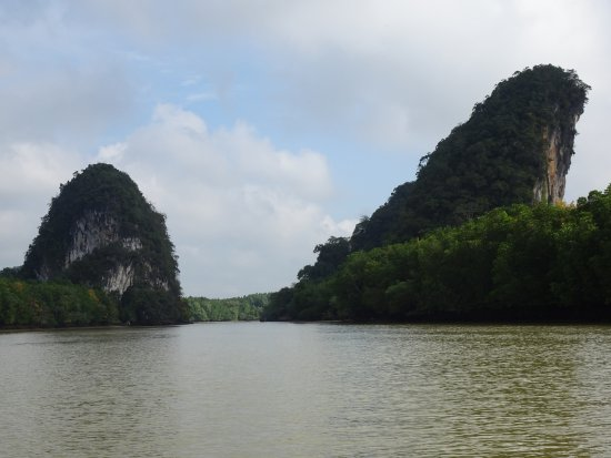 Ao Nang, Tayland: Tiger Cave is inside top of mountain on right