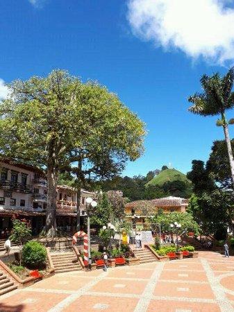 Jerico, Colombia: Vista hacia el cerro desde el parque principal de Jericó. Al fondo se alcanza a observar el Cris
