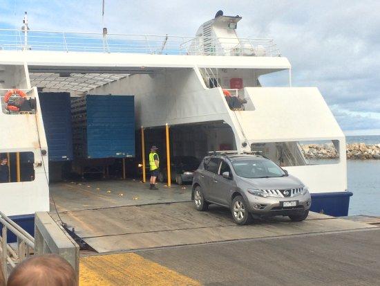 คิงส์คอต, ออสเตรเลีย: Cars leaving ferry