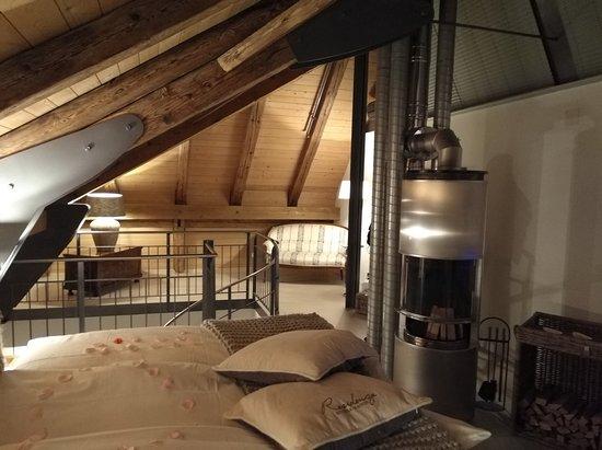 Romantikhotel Landgasthof Baren Durrenroth: Boxspring-bed with Swedish stove