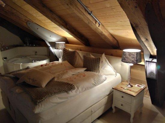 Romantikhotel Landgasthof Baren Durrenroth: Boxspring-bed with whirl tube