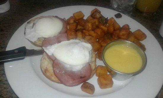 Mamaroneck, NY: pane tostato, bacon, uova, patatine, salsa al formaggio