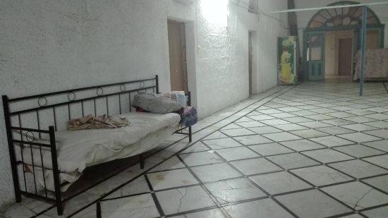 Petra Hotel & Hostel: Una cama en medio del pasillo.
