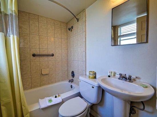 The Bayside Inn & Marina: Bathroom