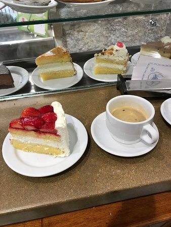La Mallorquina: Strawberry sponge cake and black coffee