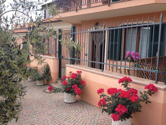 Cisano sul Neva, Italy: Ingresso e corte privata appartamento nonni Erminia e Vittorio