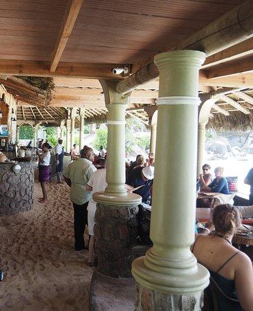 Chez Batista Villas Rustic Restaurant: Vue de l'entrée du restaurant et vue des tables en bord de mer