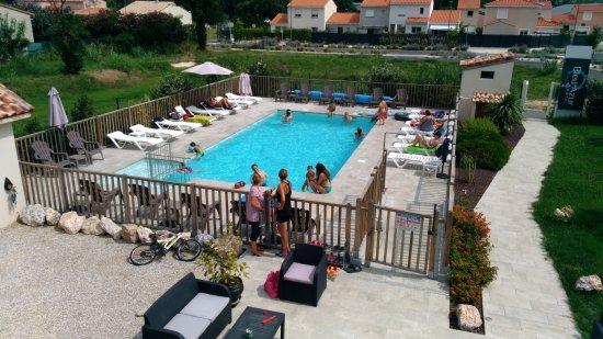 Piscine Chauffu00e9e Avec Espace Salon De Jardin - Foto De Hu00f4tel Bleu Azur Argeles-sur-Mer ...