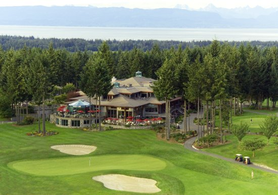 Courtenay, Canada: 18th green and Resort Clubhouse