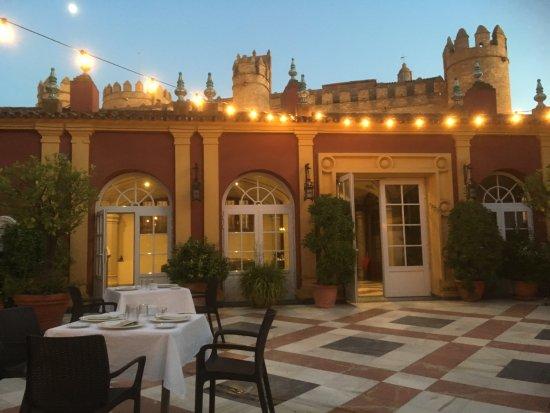 Hotel Huerta Honda: Open inner courtyard dining area.