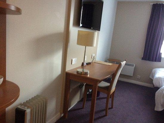 Premier Inn Newcastle (Holystone) Hotel: our room