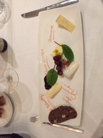 La Calamine, Bélgica: Käseteller (man beachte die Aufschriften auf dem Teller)