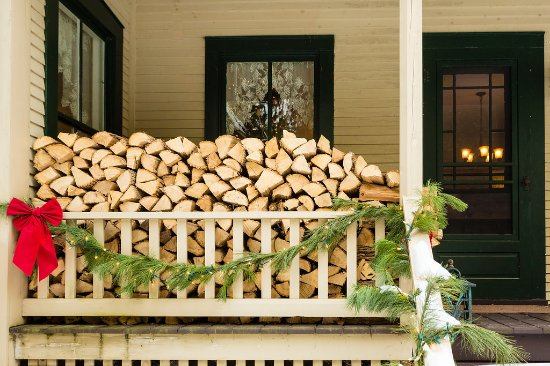 Keene Valley, Estado de Nueva York: Firewood is ready for cozy fires in the fireplace this winter