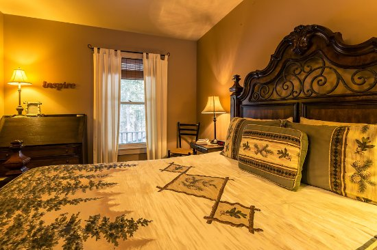 Keene Valley, NY: Our Legacies room features a queen bed, private bath, kitchenette and private entrance