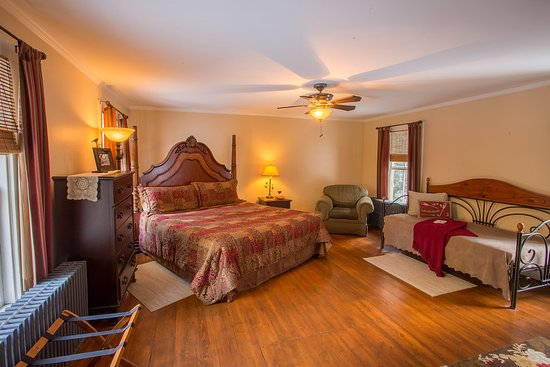 Keene Valley, NY: Our Passages room features a king bed, twin daybed, private bath and electric fireplace insert.