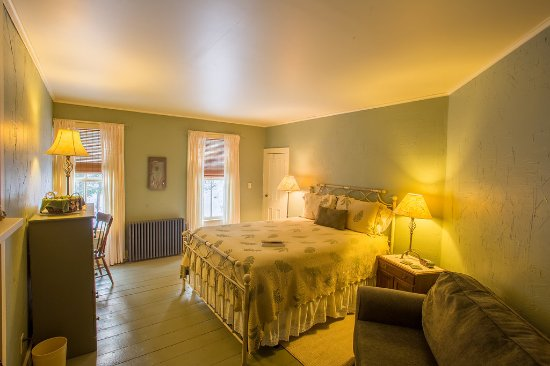Keene Valley, NY: Our Harmonies room features a queen bed, private bath with tub/shower and electric fireplace ins