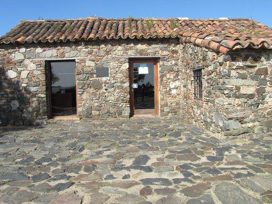 Museo de Azulejos: O aspecto rústico da pequena casa que abriga o Museu