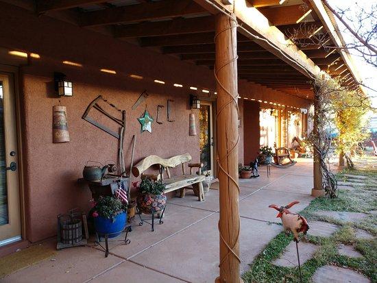 La Hacienda de Sonoita: Rooms open up to courtyard