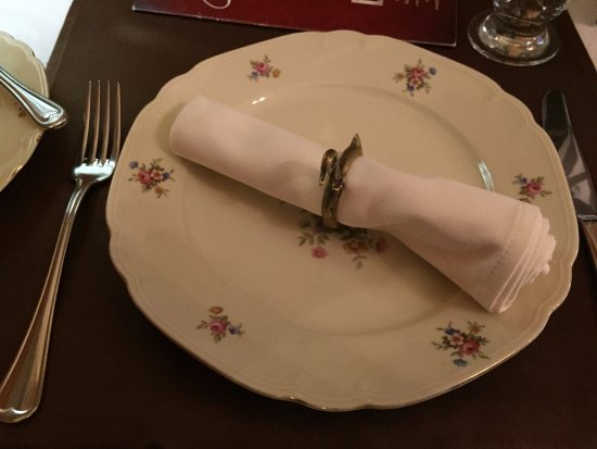 Kacsa Restaurant: Place setting. Note the napkin ring