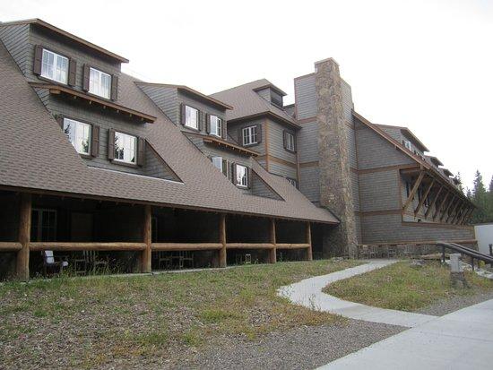 Canyon Lodge and Cabins: Walkway behind the lodge
