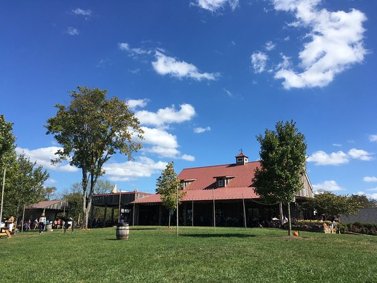 Centreville, VA: The winery from outside, not really big enough for the number of people