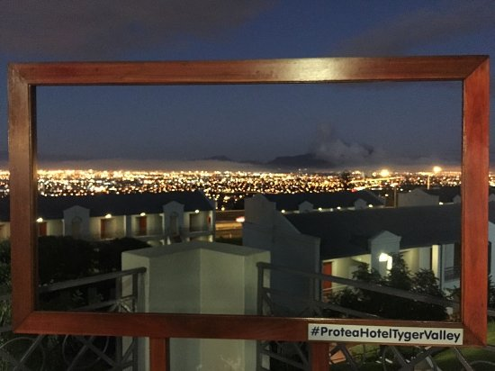 Protea Hotel Cape Town Tyger Valley: The night time view looking towards Table Mountain