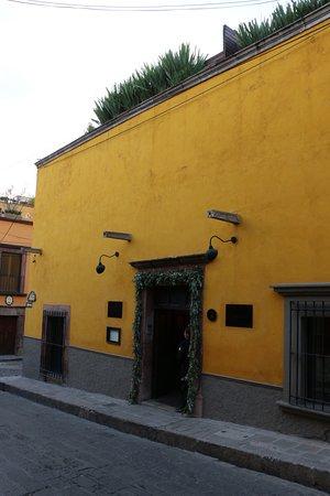 Hotel Dos Casas: Hotel from Street