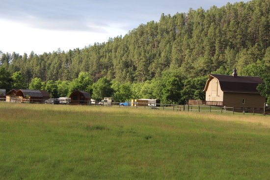 State Game Lodge: Tatanka Theater (barn) & sleeping cabins at Game Lodge Campground