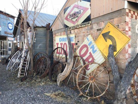 Cottonwood, AZ: Wagon wheels and signage