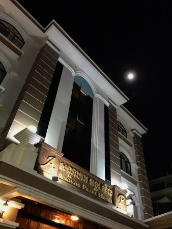 Angkor Pearl Hotel: Hotel Entrance with Full Moon
