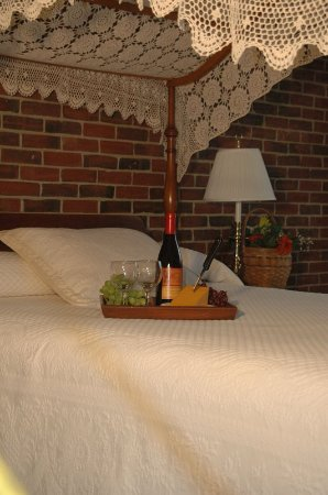 Lamies Inn and The Old Salt Tavern: Guest room