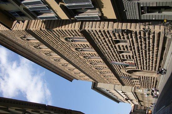 Via de' Tornabuoni: Imponente fachada del Palazzo Strozzi: vale la pena entrar a su patio