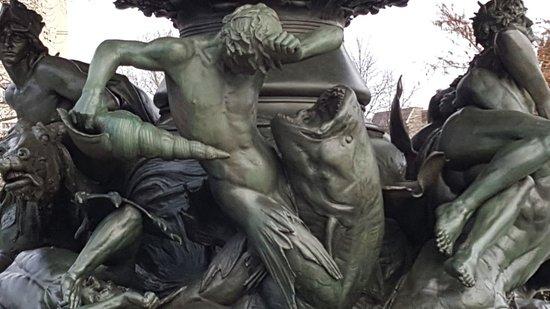 """Brunnenanlage """"Stürmische Wogen"""""""