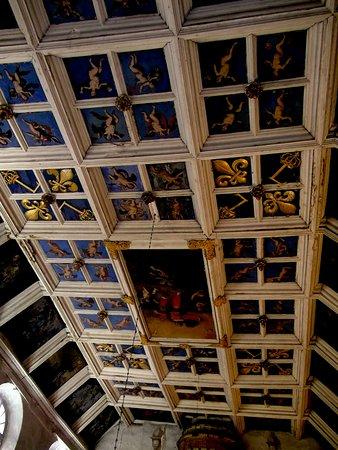 Le Puy-en-Velay, France : Plafond de la chapelle des Pénitents du Puy à voir avec tous les objets sacrés de cette confréri