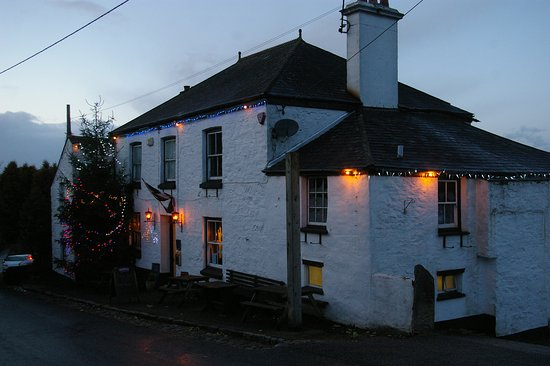 Gunnislake, UK: Outside of pub at Christmas