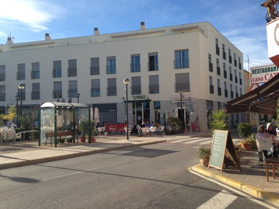 Jalon, Spania: View across to cafe in square